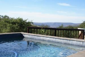 Jakt-Sør-Afrika-Kubusi-Lodge-basseng-med-utsikt.jpg