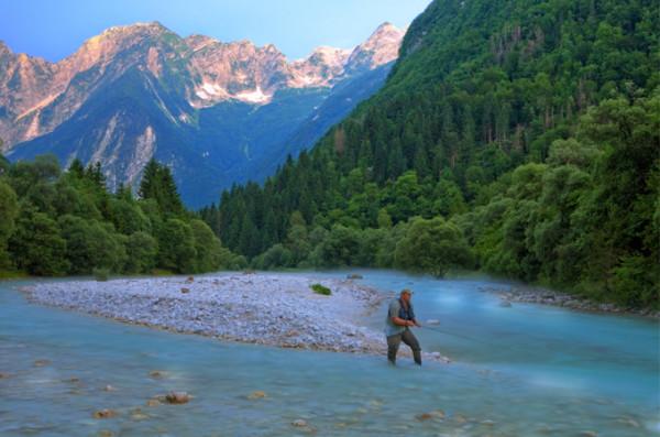 Fiske Slovenia fisker i elva